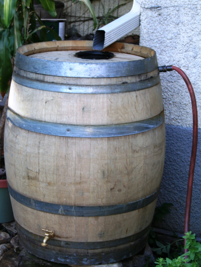 french-oak-rain-barrel-with-overflow-hose-web